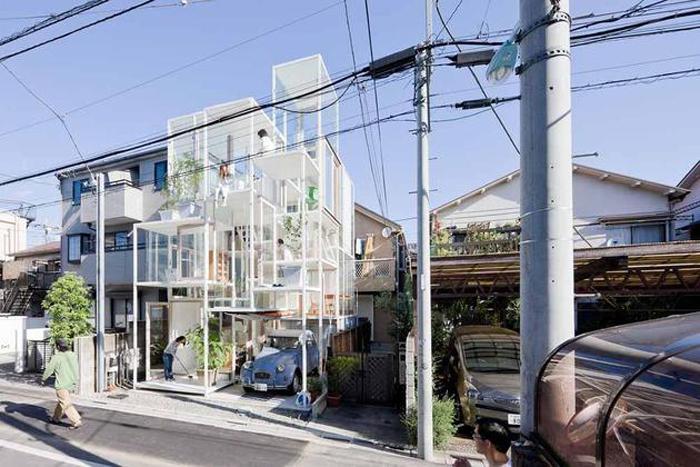 Une mini maison urbaine tout en verre et acier blanc
